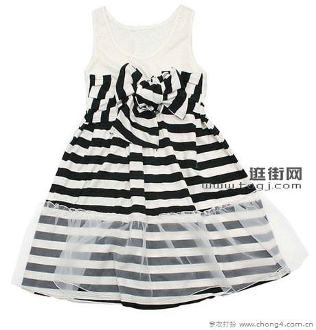 黑白条纹群摆的蕾丝花边设计,可爱的同时又带一丝另类的感觉.