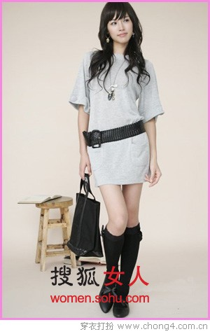02 可爱风格:黑色外套搭配灰色多褶连衣裙,灰色的紧身裤袜是流行单