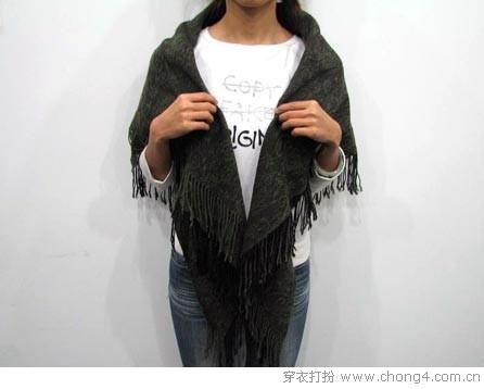 正方形披肩的基本系法.也可以与大衣搭配在一起