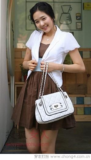适合/04 圆角下摆白色西装式短外套+咖啡色蓬松连衣裙,简洁大方,...