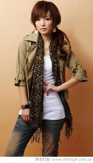 为简洁的T恤+牛仔裤增添充满帅气感的迷人气质.豹纹丝巾的加入时