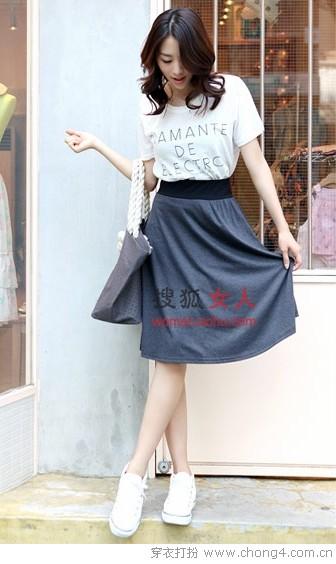 半身裙和浅色上装的优雅搭配