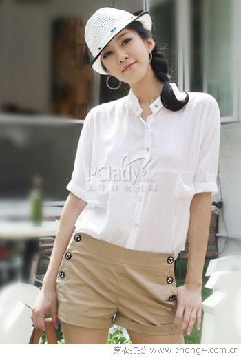 白衬衫和裤装的清新搭配
