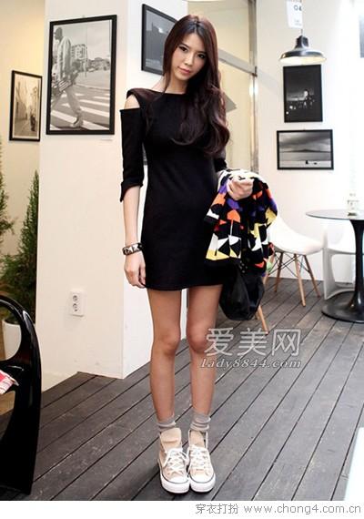 小黑裙即使搭配上帆布鞋