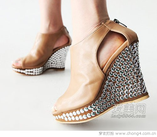 新品坡跟鞋让你高挑又迷人