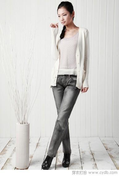 黑色 搭配/05 黑色圆领针织衫,银灰色长袖针织开衫搭配墨绿色裤子,这样的...