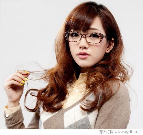 而那些戴框架眼镜的女生往往是戴着平光眼镜做装饰用