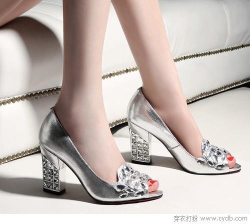 粗跟鞋 <a style='top:0px;' href=/article/tag/k/%25E7%25A8%25B3%25E9%2587%258D.html target=_blank ><strong style='color:red;top:0px;'>稳重</strong></a>且有女人味