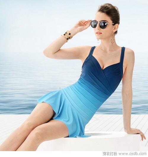 穿着泳装 清凉一夏