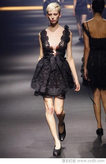 黑裙白裙都不单调,穿对了各自有腔调