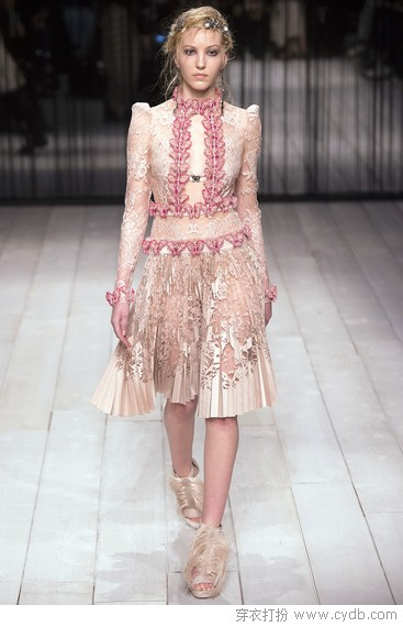 镂空雕琢古典美,袅袅梦幻蕾丝裙