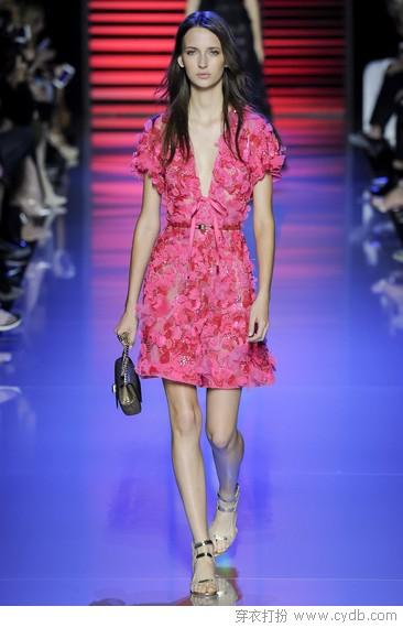 相约浪漫假期,红与粉的花样礼服潮