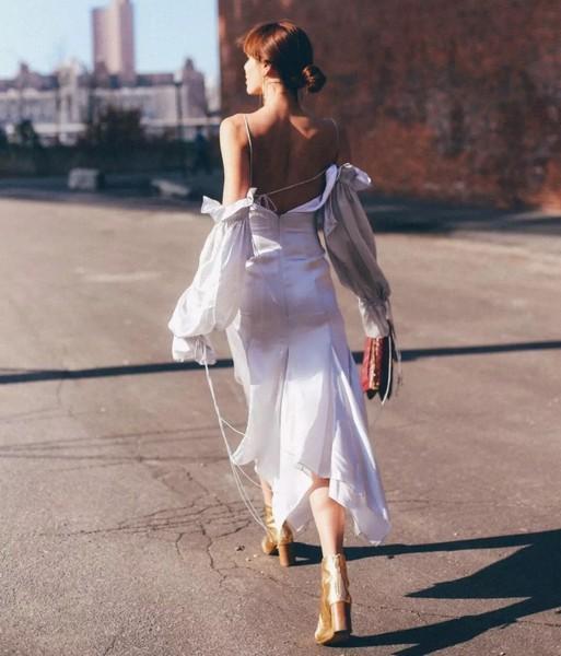 解锁性感新姿势,露背裙的牌子敢翻吗?