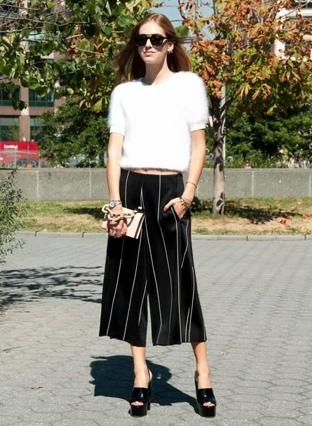chiara ferragni白色短袖针织衫搭配阔腿七分裤,一身黑白优雅经典.
