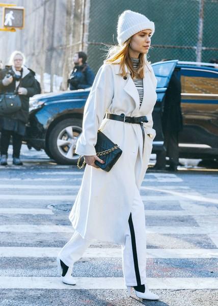 看起来很贵搭起来容易,白色外套让人着迷