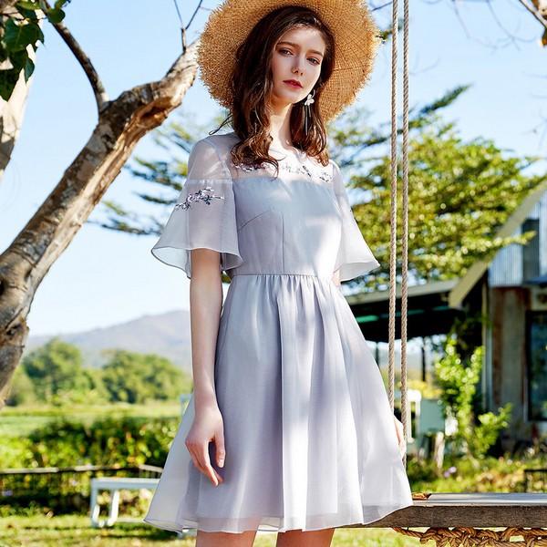连衣裙也复古 打造气质美女